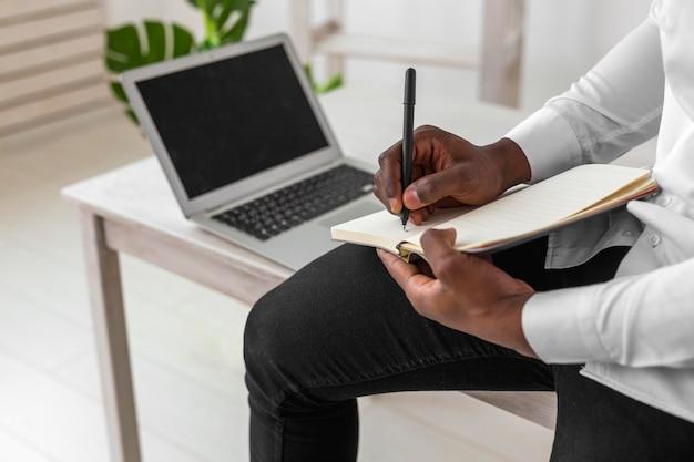 Homme américain africain, écriture, gros plan