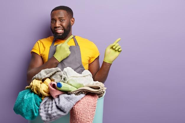 Homme américain africain, faire lessive