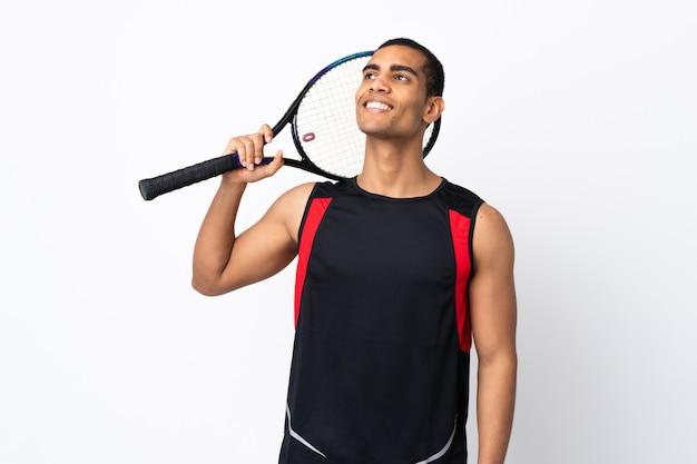 Homme américain africain, sur, isolé, mur blanc, jouer tennis, et, recherche