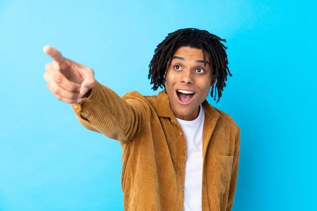 Homme américain africain, sur, mur bleu