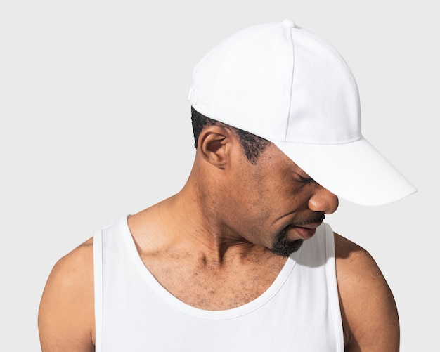 Homme américain africain, porter, casquette blanche, gros plan