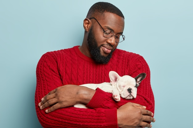 Homme américain africain, porter, pull rouge, et, tenue, petit chien