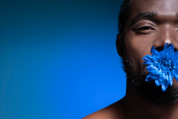 Homme américain africain, tenue, a, fleur bleue