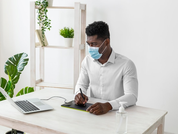 Homme américain africain, travailler, a, tablette