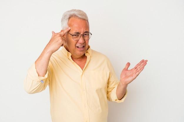 Homme américain senior isolé sur fond blanc montrant un geste de déception avec l'index.