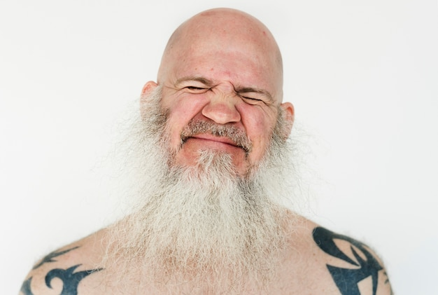 Homme américain souriant sur fond blanc