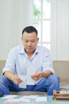 L'homme analyse les revenus et les dépenses