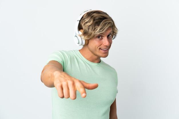 Homme anglais sur musique d'écoute blanche isolée