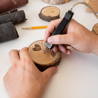 Homme à angle élevé, fabrication en bois