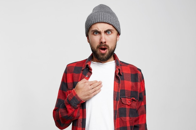 Homme anxieux, surpris, en colère, pointant du doigt sur lui-même