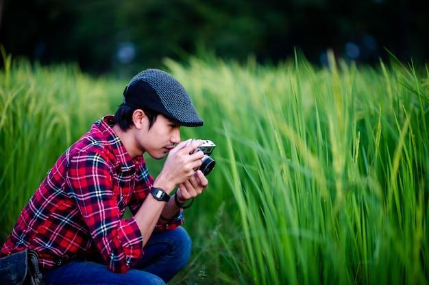 Homme et appareil photo prenant une photo et souriant joyeusement photos pour votre entreprise
