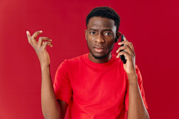 Homme d'apparence africaine parlant au téléphone mode de vie technologique