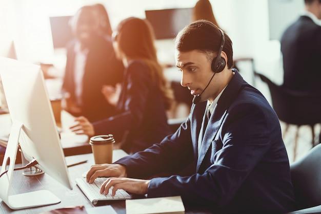 Un homme d'apparence arabe travaille dans le centre d'appels.