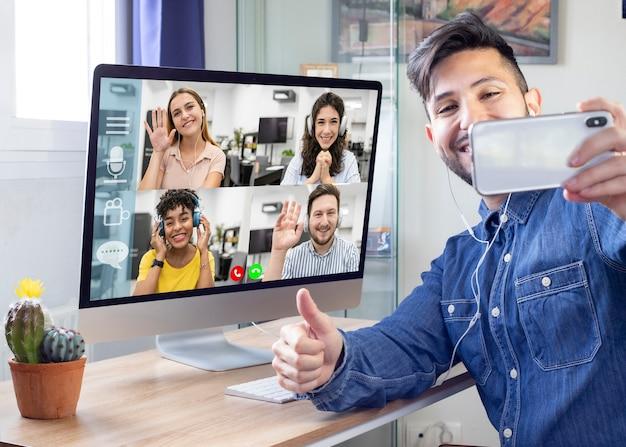 L'homme a un appel vidéo avec ses collègues