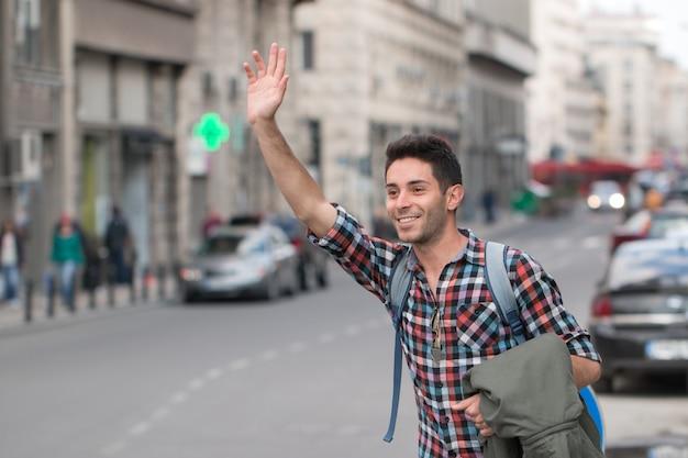 Homme appelant un taxi