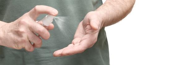 Homme appliquant un désinfectant pour les mains pour protéger les mains contre les maladies virales isolées sur fond blanc