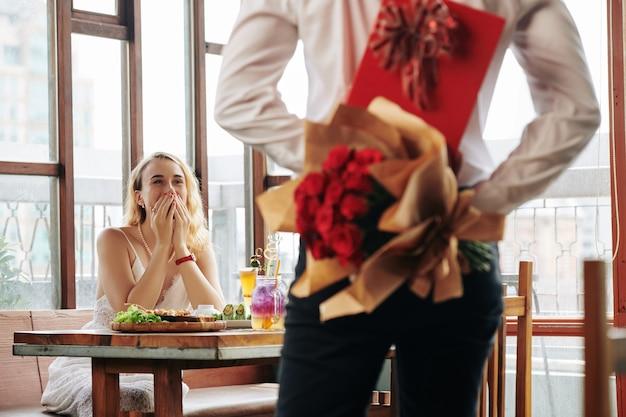 Homme apportant des cadeaux à la date