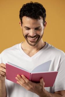 Homme appréciant la lecture d'un livre