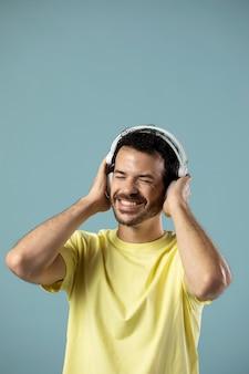 Homme Appréciant La Musique Sur Des écouteurs Photo gratuit