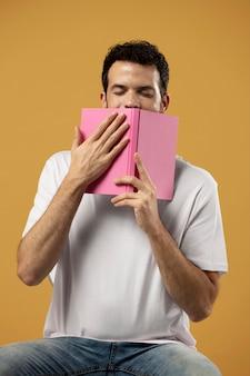 Homme appréciant l'odeur d'un livre