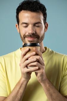 Homme appréciant une tasse de café