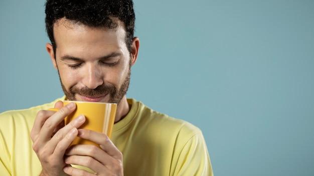 Homme Appréciant Une Tasse De Café Photo gratuit