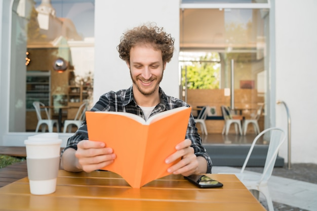 Homme appréciant le temps libre et lisant un livre.