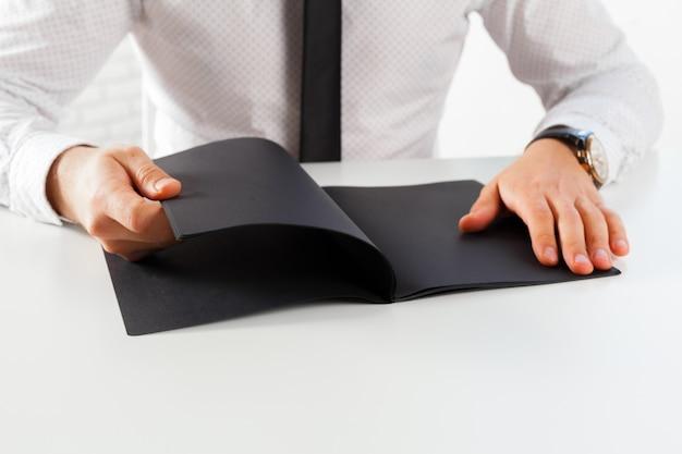 Homme apprenant et écrivant sur un cahier