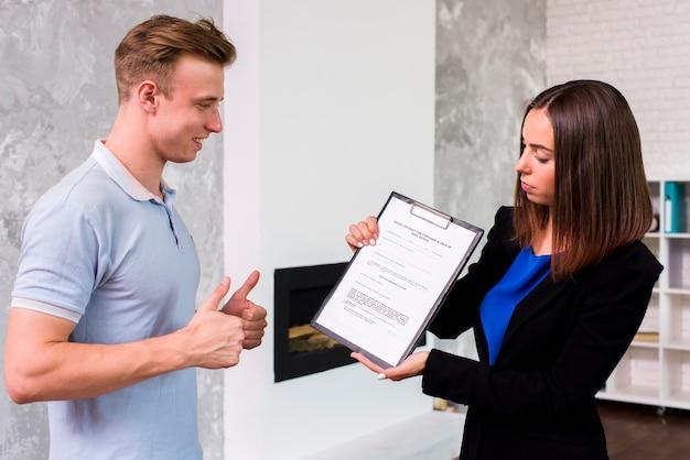 Homme approuvant avec une femme d'affaires