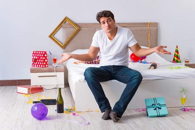 Homme après la fête à la maison