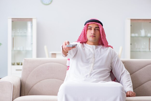 Homme arabe devant la télé à la maison