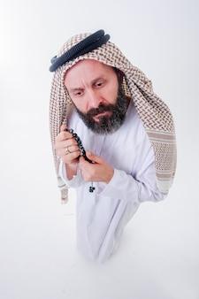 Un homme arabe drôle pose avec des émotions. prise de vue d'en haut avec des objectifs grand angle.