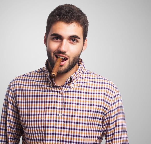 Homme arabe sur fond gris.