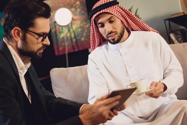 Homme arabe à la réception d'un psychothérapeute