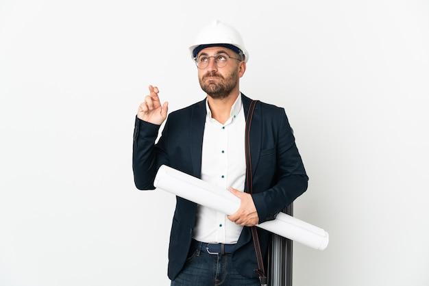 Homme architecte avec casque et tenant des plans isolés sur fond blanc