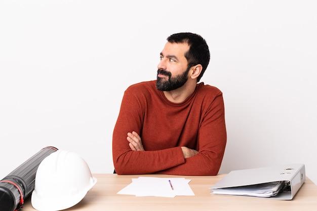 Homme architecte caucasien avec barbe dans une table ayant des doutes