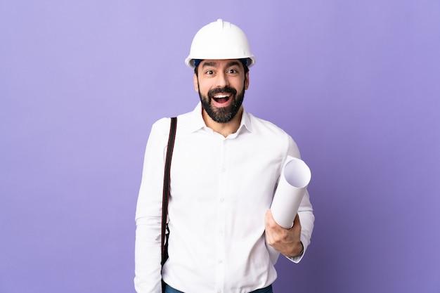 Homme architecte posant avec casque