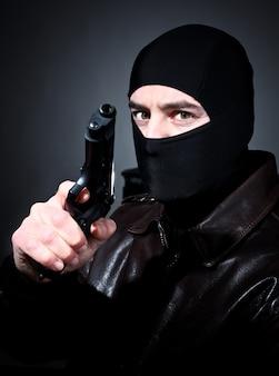 Homme avec une arme à feu