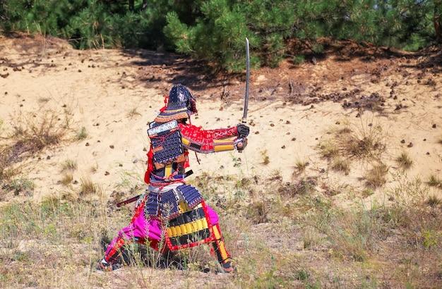 Homme en armure de samouraï avec épée, prêt à se battre