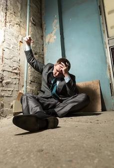 Homme arrêté avec la main menottée