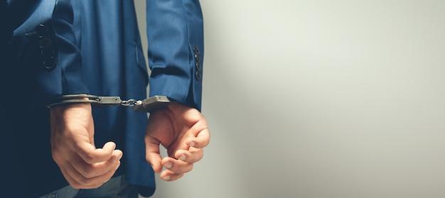 Homme arrêté avec les mains menottées dans le dos