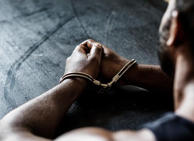 Homme arrêté avec des menottes aux poignets