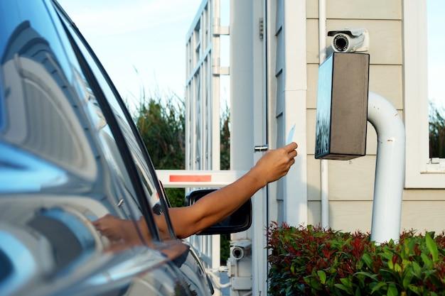 Homme arrêter la voiture et utiliser la carte-clé pour ouvrir la porte pour la sécurité