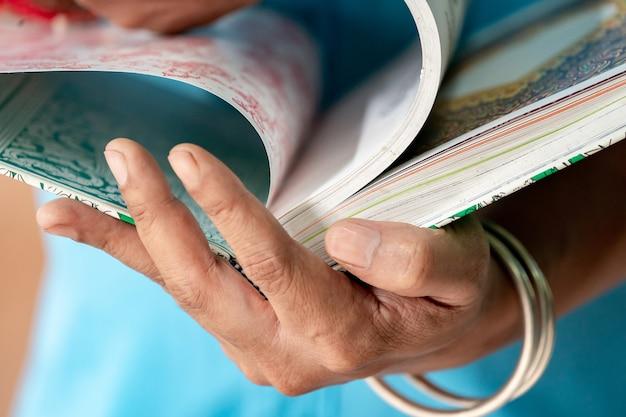 L'homme d'art tient le livre d'art thaïlandais et trouve l'inspiration pour son travail.