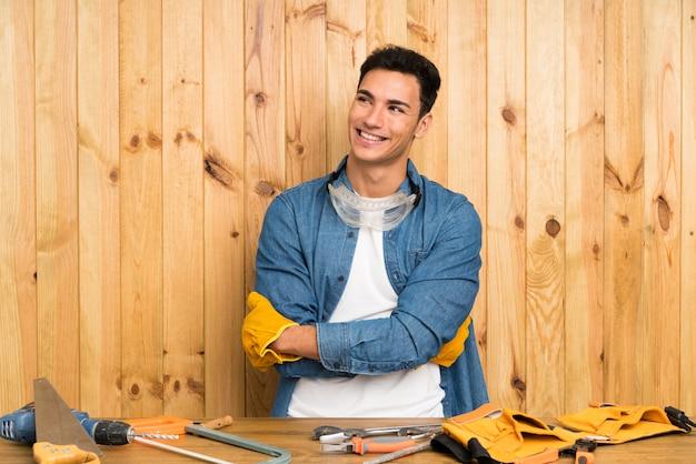 Homme d'artisans sur bois en riant