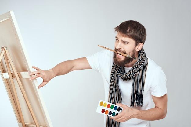 Un homme artiste peint sur un chevalet