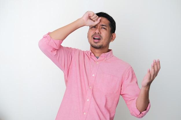 Homme asiatique adulte montrant un geste oublié de quelque chose avec sa main touchant la tête