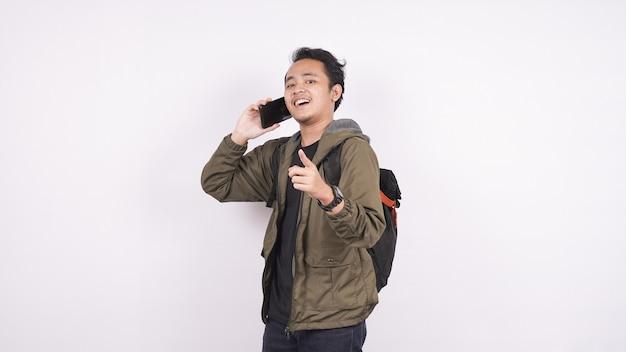 Homme asiatique appelé en pointant sur un espace blanc