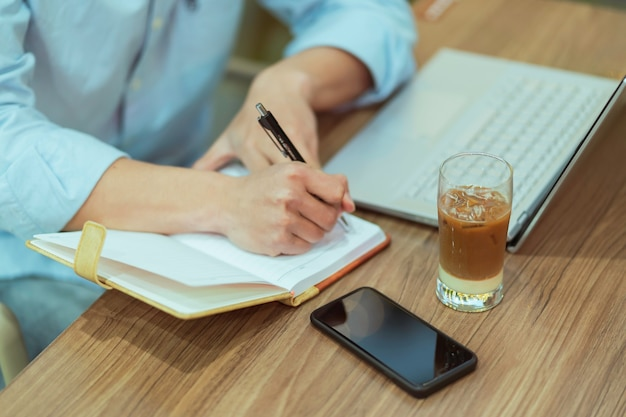 Homme asiatique assis travaillant seul dans un café