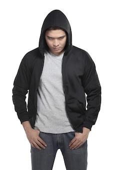Homme asiatique en chemise à capuche